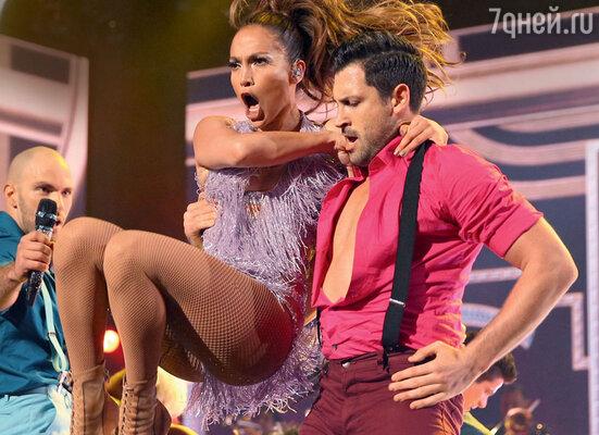 После того как Максим Чмерковский станцевал вместе с Дженнифер нацеремонии «American Music Awards», их стали постоянно видеть вместе