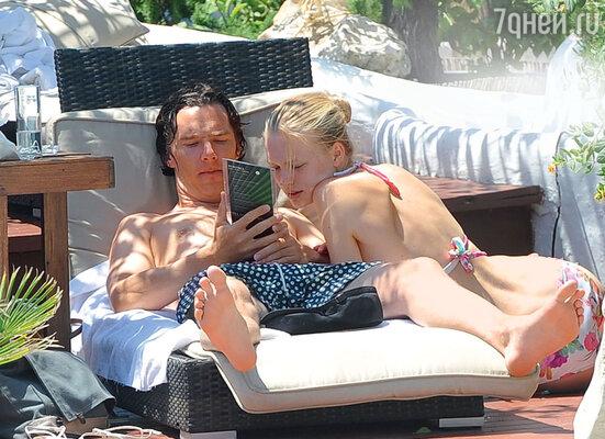 Фотографии с Ибицы, накоторых британский актер и русская модель отдыхают вместе, произвели эффект разорвавшейся бомбы