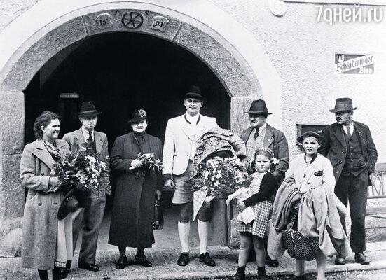 Фердинанд Порше (на снимке — пятый слева) с семьей, 1938 г.