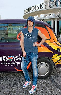 Победитель «Евровидения-2008» Дима Билан на фоне нового бакинского такси-кеба