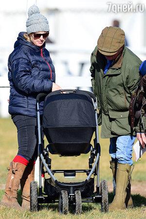 Зара прогуливалась с коляской по зеленым лужайкам и показывала свою дочь знакомым и гостям мероприятия