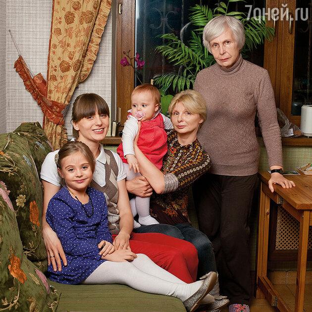 Татьяна Назарова с дочерью, внучкой и правнучками