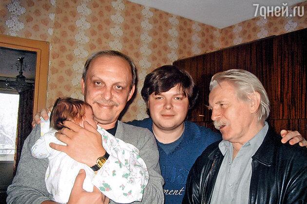 Юрий Назаров с сыном, внуком и правнуком