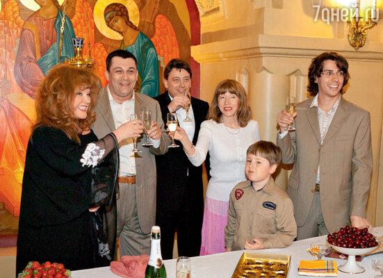 Алла Пугачева и Максим Галкин с родственниками на семейном праздновании после крестин