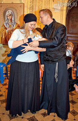 Анна Михалкова иИванОхлобыстин на крестинах ОрфеяЕпифанцева. Декабрь 2008 г.