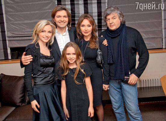 Дмитрий Маликов с женой Еленой, сестройИнной, дочерью Стефанией и ее крестным отцом Владимиром Матецким
