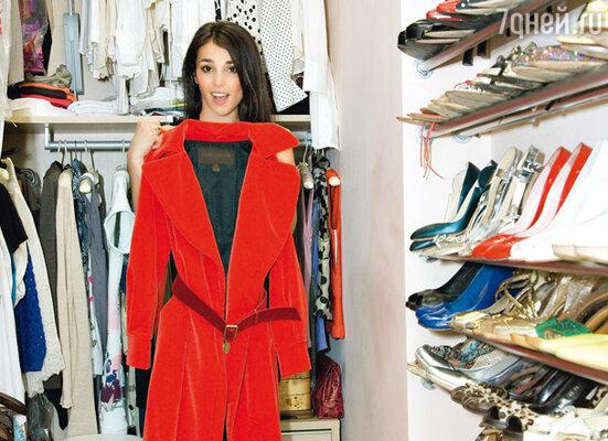 «Это алое бархатное пальто висит в моей гардеробной в назидание: не покупай дорогую вещь, если в ней сомневаешься»