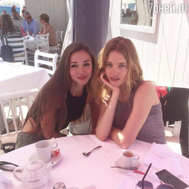 Наталья Водянова с подругой Ларой Тякой