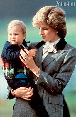 Принцесса Диана с маленьким принцем Уильямом. 1983 г. На руке Дианы то самое кольцо с сапфиром, которое хранил у себя сын после ее смерти, а теперь вручил своей невесте Кейт Миддлтон в день помолвки