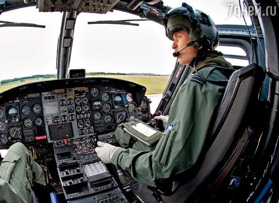 Принц уже получил пилотские «крылышки», но сейчас продолжает службу на военно-спасательных вертолетах в одном из подразделений британских ВВС. На таком вертолете он однажды «зарулил» к дому Кейт в Беркшире