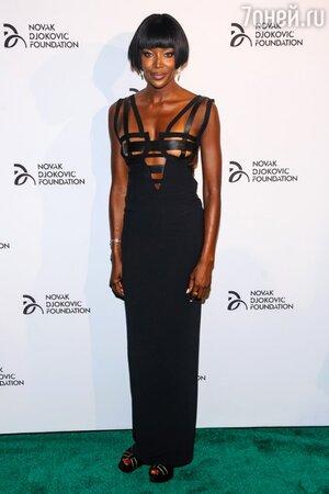 Наоми Кэмпбелл в платье из коллекции Atelier Versace 1992 года и босоножках от Fendi на благотворительном вечере в Нью-Йорке 2013