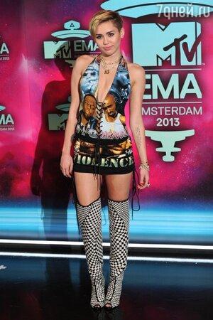 Майли Майрус в платье NY Vintage с изображением Тупака Шакура и Ноториуса БиАйДжи на церемонии MTV Europe Music Awards-2013