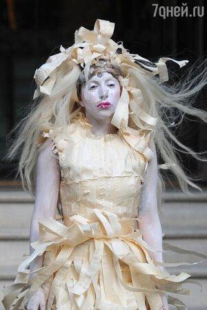 Леди Гага в платье из тончайших кусков древесины сосны от ливанского дизайнера Assaad Awad во время промо-тура своего нового альбома ARTPOP 2013