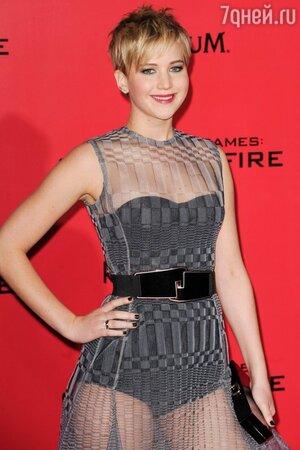 Дженнифер Лоуренс в платье от Christian Dior, с клатчем от Roger Vivier на премьере картины «Голодные игры: И вспыхнет пламя» 2013