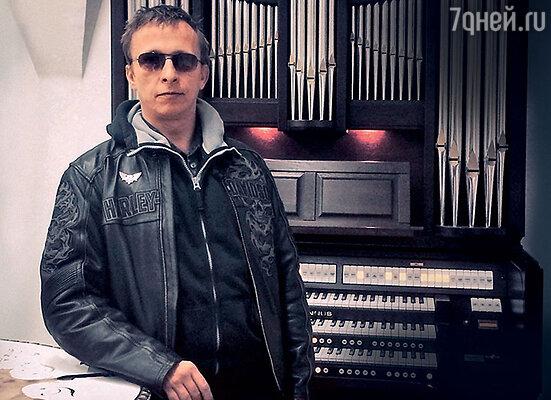 «Мне захотелось купить орган. НоОксана сказала, что орган зимой не покупают. Меня ошеломила ее логика. Но жена объяснила, что сейчас нужнее зимняя обувь». Москва, 2014 год