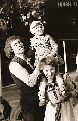 Мои папа и мама, Виктор и Тая Началовы, счастливы в браке. Они живут вместе больше тридцати лет