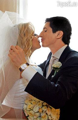 Предложение Женя сделал под Новый год. Встал на одно колено и попросил меня стать его женой. Я чуть не заплакала. И конечно, сказала «да»