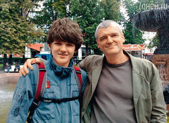 Старший сын Плотникова Илья живет в Алма-Ате. Недавно отец и сын встретились после 15-летней разлуки