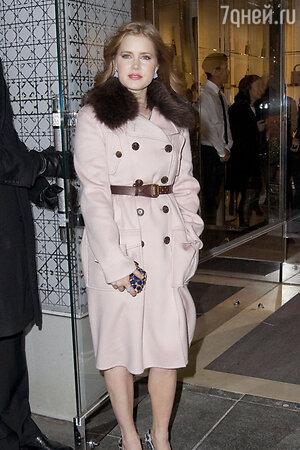 Кристиан Диор одним из первых   разместил свое имя Christian Dior на пряжках ремней. (На фото: Эми Адамс)