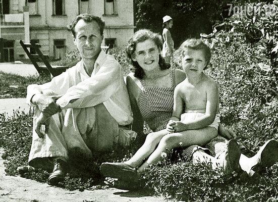 Кто бы мог подумать, что такое дурацкое бракосочетание выльется в сорок лет восхитительной совместной жизни! С мужем и дочкой, 1947 г.