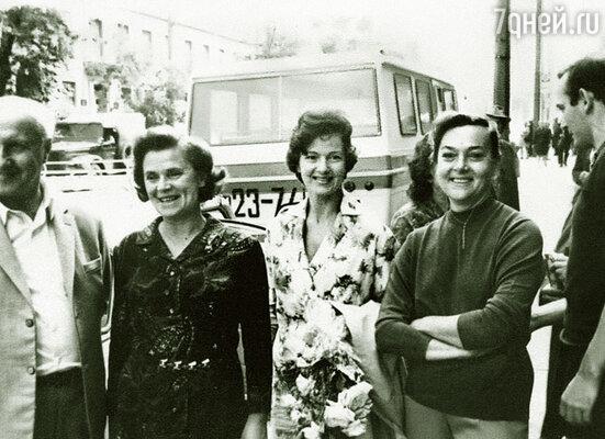 Жена Миши Ульянова Алла (крайняя справа) была самой близкой моей подругой. На гастролях с В. Осеневым, Ю. Борисовой