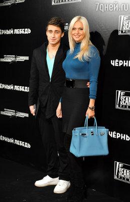 Ведущий телеканала MTV Артем Королев и телеведущая Виктория Лопырева