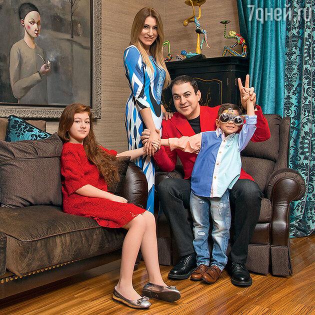 Гарик Мартиросян с женой Жанной, дочерью Жасмин и сыном Даниэлем