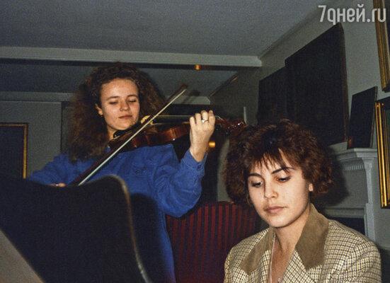 В 1996 году, когда я поехала в США, мы с коллегой Марией Эйсмонт устроили концерт во время домашней вечеринки