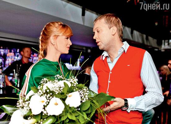После совместной работы вкартине Сергей Светлаков и Олеся Судзиловская подружились. Хотя по сюжету их герои — непримиримые враги