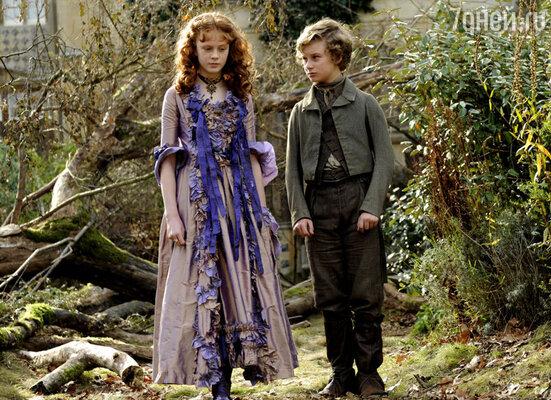 С приемной дочерью мисс Хэвишем- Эстеллой (Холлидей Грейнджер)