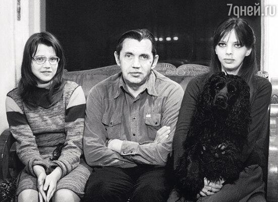 С младшей сестрой Ксенией и отцом. 1983 г.