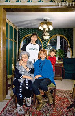 С мамой Аллой Борисовной и сыновьями Митей и Даней в Переделкино