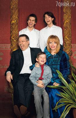 Екатерина с мужем Дмитрием Бирюковым и сыновьями Лешей, Митей и Даней. 2007 г.