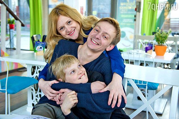 Евгений Кулаков c женой и сыном