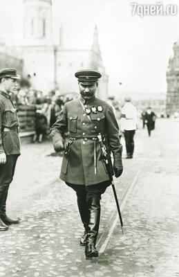 К Сталину Буденный обычно ездил после ноябрьского парада. Они договаривались на трибуне Мавзолея, а потом отправлялись к вождю на дачу. 1928 г.