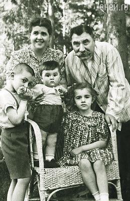 Семен Михайлович был очень заботливым отцом. Буденный с женой и детьми: Ниной, Сергеем и Мишей (стоит на кресле)