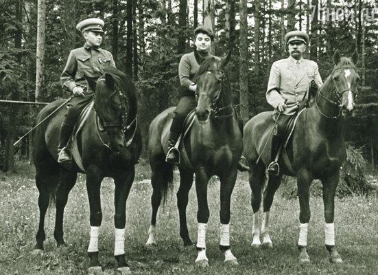 В Баковку, на дачу к Буденному, каждое лето приводили трех-четырех лошадей. Нина с братом Мишей и отцом. Семен Михайлович сидит на Софисте