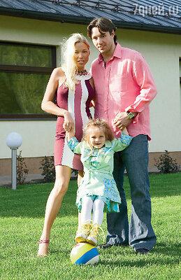 С женой Николь и дочкой Каролиной возле своего подмосковного дома