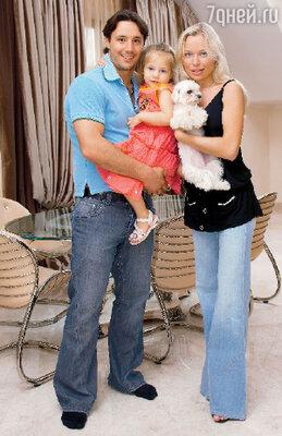 Семья Ильи Ковальчука со своим любимым питомцем — мальтийской болонкой Джейки