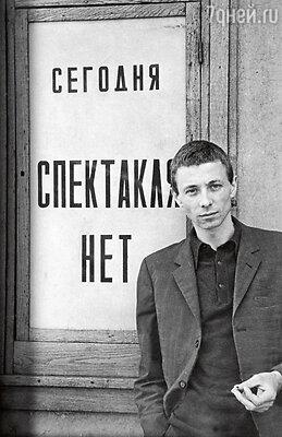 «Олег слишком любил свой дом, мир в своем доме, Лизу. И с болезнью своей он бы справился. Но, увы, он был жестоко выхвачен изжизни, сбит с ног... Неужели он знал, что ему суждено так рано уйти?»
