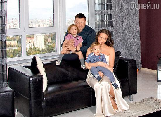 Сергей с женой Региной, дочерью Никой и сыном Энджелом в новой московской квартире
