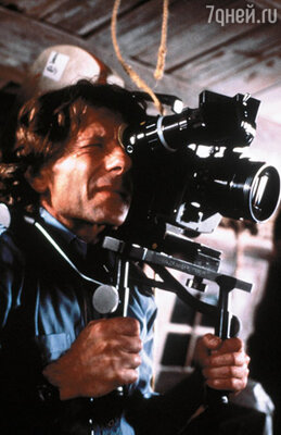 Стоял жаркий июнь 1988 года, когда Эммануэль впервые увидела Романа Полански. Ей только исполнилось двадцать два, и она пришла пробоваться на роль в его триллер «На грани безумия »