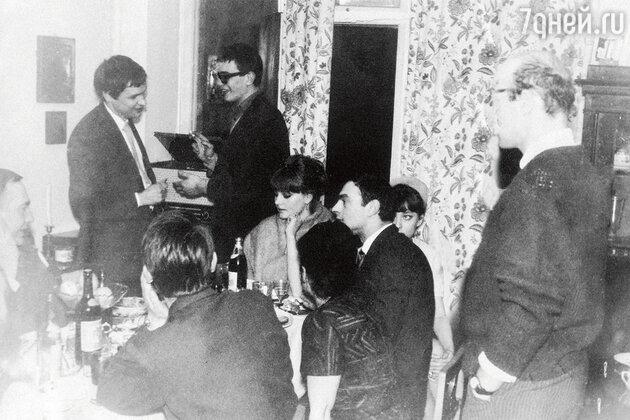 Стоят: Михаил Ромадин, Никита Михалков. Сидят: Марианна Вертинская, Лев Збарский, Анастасия Вертинская