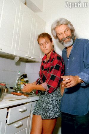Борис Хмельницкий с дочкой от Марианны Вертинской Дашей. 1996 г.