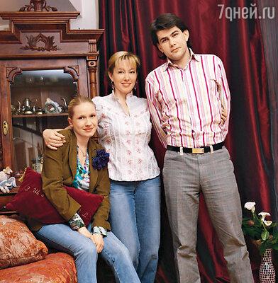 Арина Шарапова с сыном Данилой и невесткой Алиной