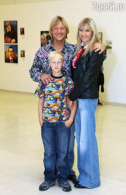 В жизни Дмитрий – образцовый семьянин. С женой Мариной Майко и сыном Иваном
