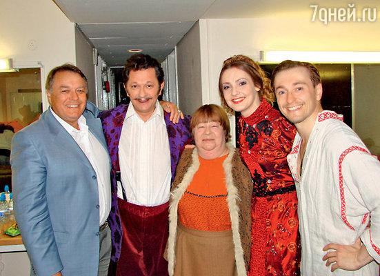 Сергей со своим отцом, драматургом Виталием Безруковым, и актерами Андреем Ильиным, Альбиной Тихановой и Екатериной Клочковой