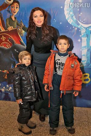 Юлия Такшина с сыновьями Федором и Ваней