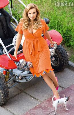 На Анфисе платье Red Valentino, туфли Strenesse, юбка Georges Rech