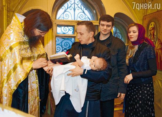 Отец Константин, Иван Охлобыстин с крестником Орфеем, Владимир Епифанцев и его жена Анастасия